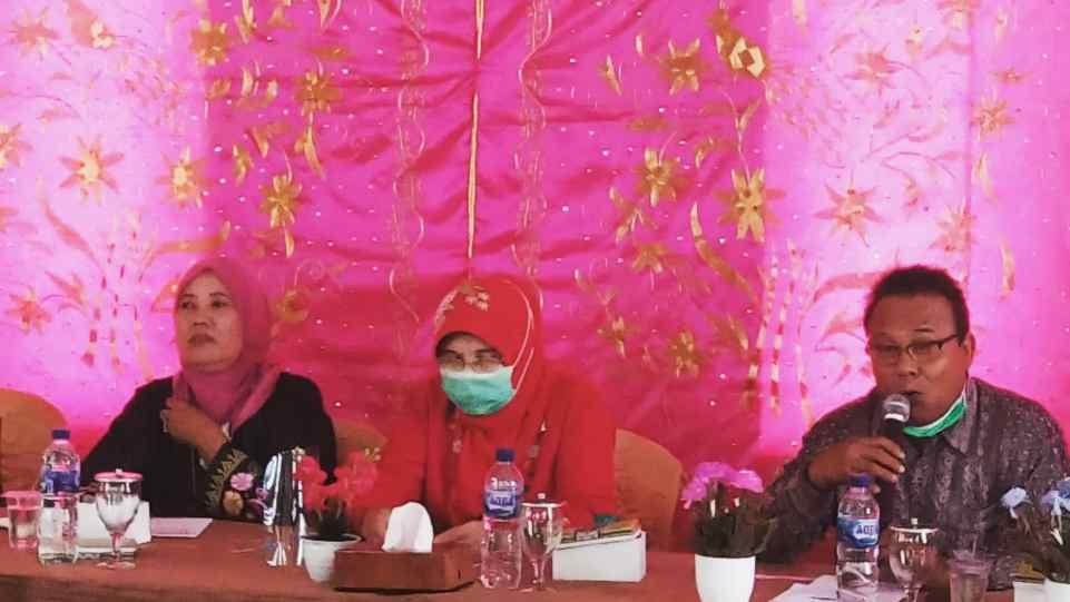 Drs. Suarman (Pamong Kebudayaan Kemdikbud RI) saat menyampaikan orasi kebudayaan dalam kunjungan ke Nagari Saniangbaka, Selasa 23 Februari 2021. (Dok. Istimewa)