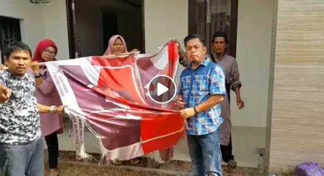 Kecewa, Relawan Membakar Bendera Prabowo-Sandi