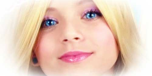 chica maquillada como una barbie