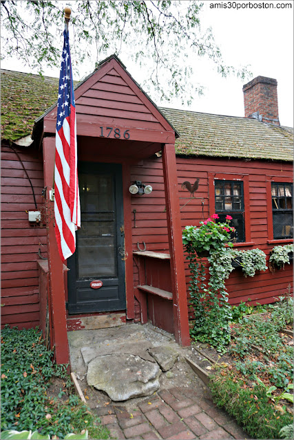 Lateral de la Casa de la Abuelita de Caperucita Roja en Pickity Place, Mason