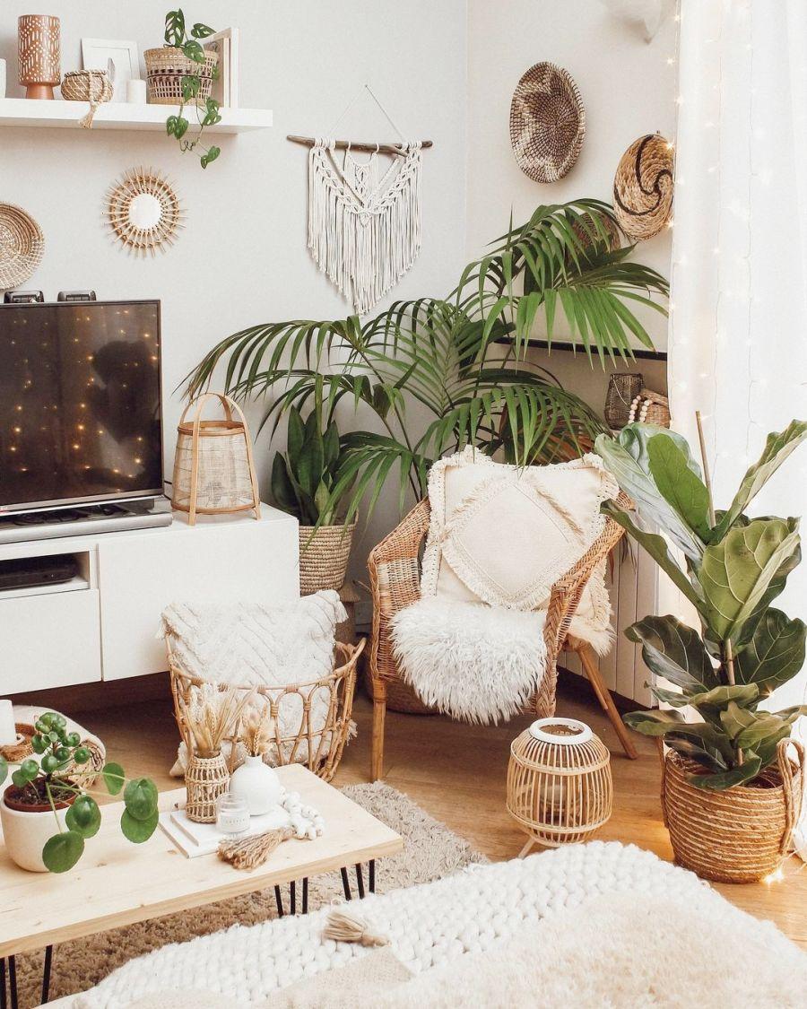 Biel, boho i styl skandynawski, wystrój wnętrz, wnętrza, urządzanie domu, dekoracje wnętrz, aranżacja wnętrz, inspiracje wnętrz, interior design, dom i wnętrze, aranżacja mieszkania, modne wnętrza, home decor, boho, styl skandynawski, scandinavian style, białe wnętrza, salon, pokój dzienny, living room, ratanowy fotel, bambusowy fotel