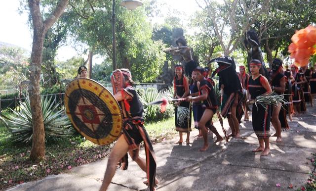 Già làng dẫn đầu đoàn người đi quanh làng