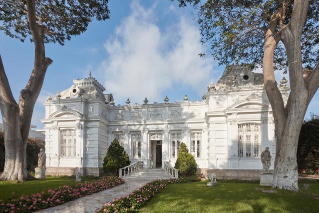 palacio branco com jardim florido