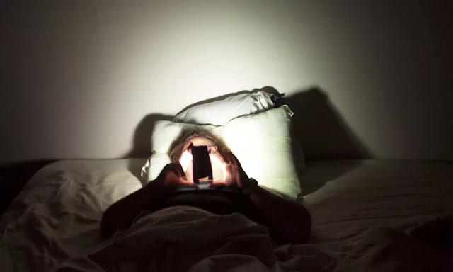 Bahaya! Kebiasaan Buruk di Malam Hari Ini Bisa Bikin Kamu Buta, Lho!