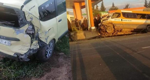 إصابة 17 تلميذا في حادثة سير غريبة بين حافلة للنقل المدرسي وسيارتين للأجرة من الحجم الكبير