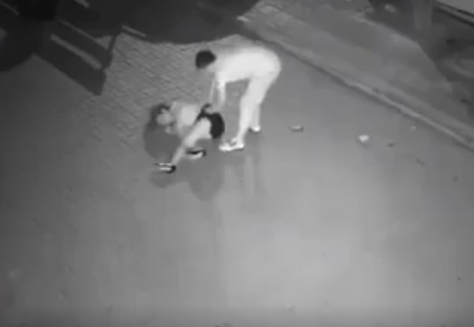 Cô gái bị kẻ lạ tấn công tới tấp xong lôi vào 1 góc h.iếp d.âm trong đêm khuya