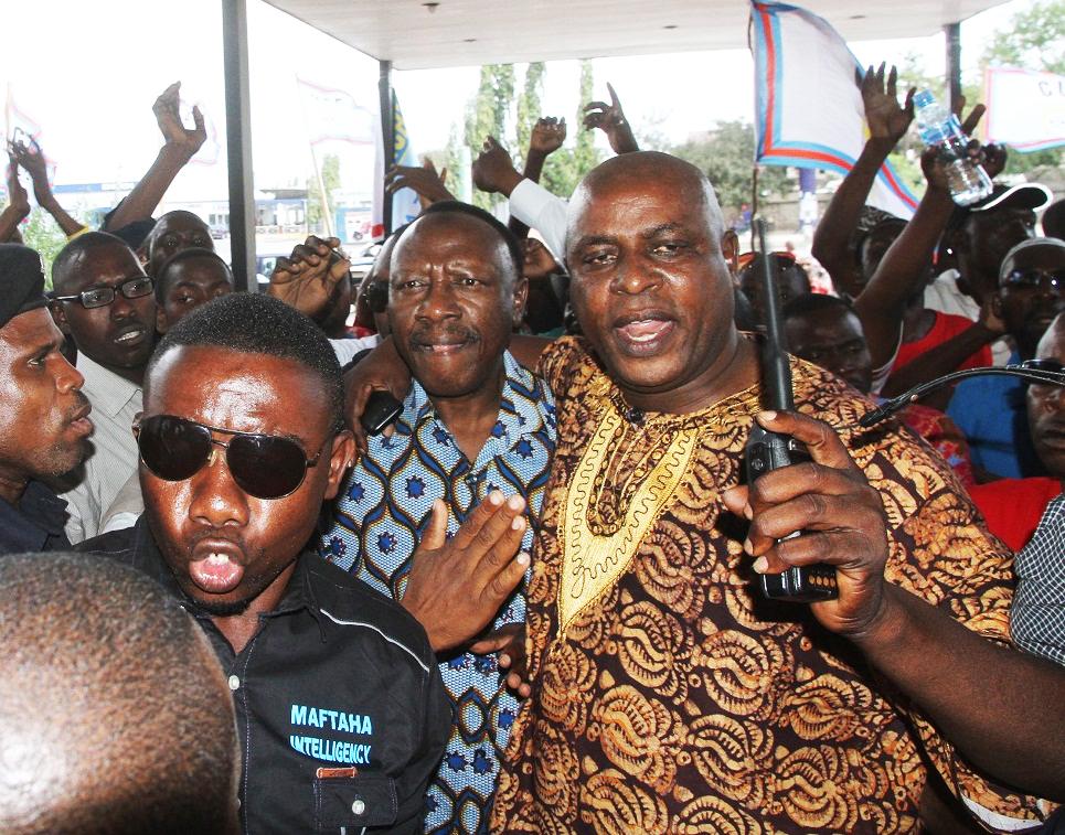 Profesa Lipumba Aipasua CUF.......Wajumbe Warushiana Viti na Kutukanana, Mkutano Wavunjika