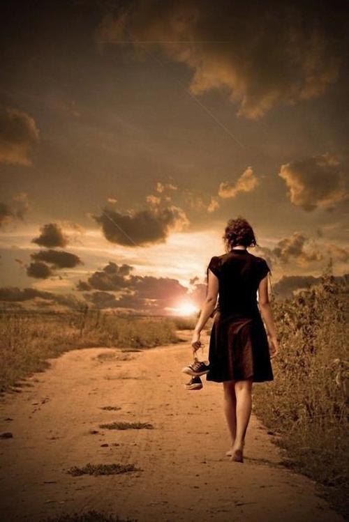 Resultado de imagem para caminho bonito com uma pessoa caminhando