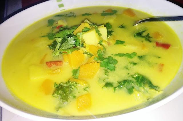 Zupa curry z dynią i jarmużem