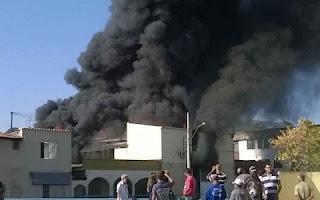 Um grande incêndio atinge na manhã desta quinta-feira uma fábrica de velas no Bairro São José, em Pedro Leopoldo, na Região Metropolitana de Belo Horizonte.