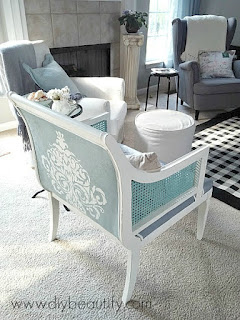How to paint a chair with chalk paint for gorgeous results! Find the complete tutorial at diy beautify!