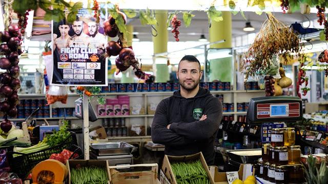 Fotografia di Davide Armanini campione del mondo K1 al mercato