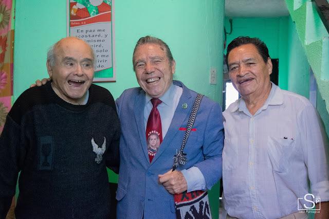 Tres hombres posando para una fotografía