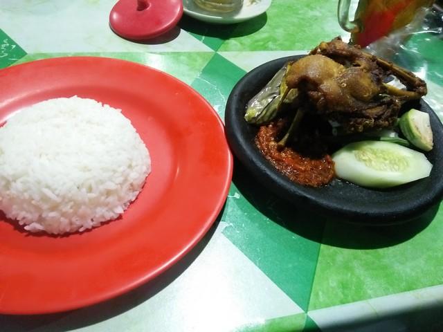 Menu sajian nasi bebek goreng;Warung Nggeneng, Sensasi Kuliner Malam di Jombang;Kuliner Malam dan Lokasi Warung Nggeneng;Menu Sajian Kuliner Warung Nggeneng;