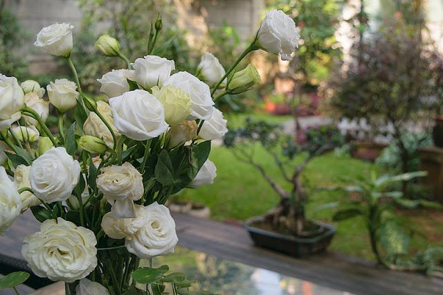 Un bouquet de roses dans le jardin du Liangzhu Lifestyle Hotel