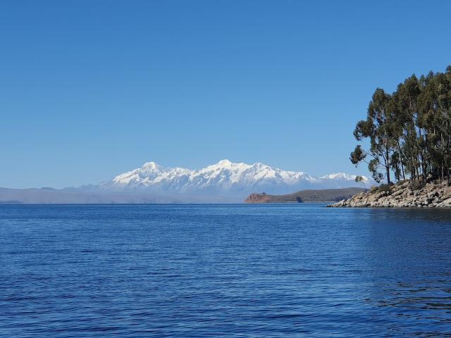 Lago Titicaca com o Pico Nevado ao fundo - Copacabana - Bolívia