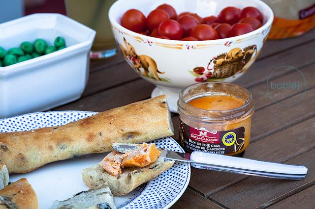 Table d'apéro avec foie gras Ducs de Gascogne, cacahuètes et tomates cerise