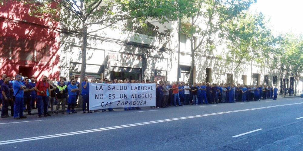 Trabajadores y trabajadoras de CAF se concentran ante Asepeyo