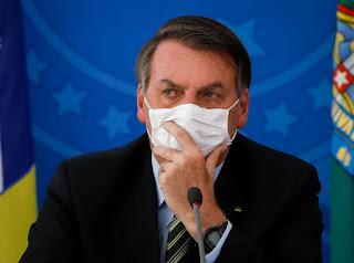 'Não tão com medo do coronavírus?', diz Bolsonaro a jornalistas no Alvorada