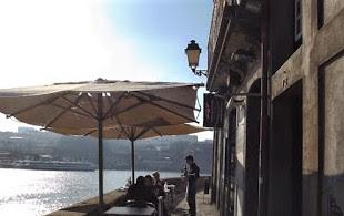 mesas de restaurante à margem do rio Douro
