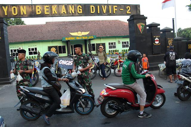 Gandeng Komunitas Ongis Nade Trail Adventure Malang, Prajurit Kostrad Berbagi Takjil