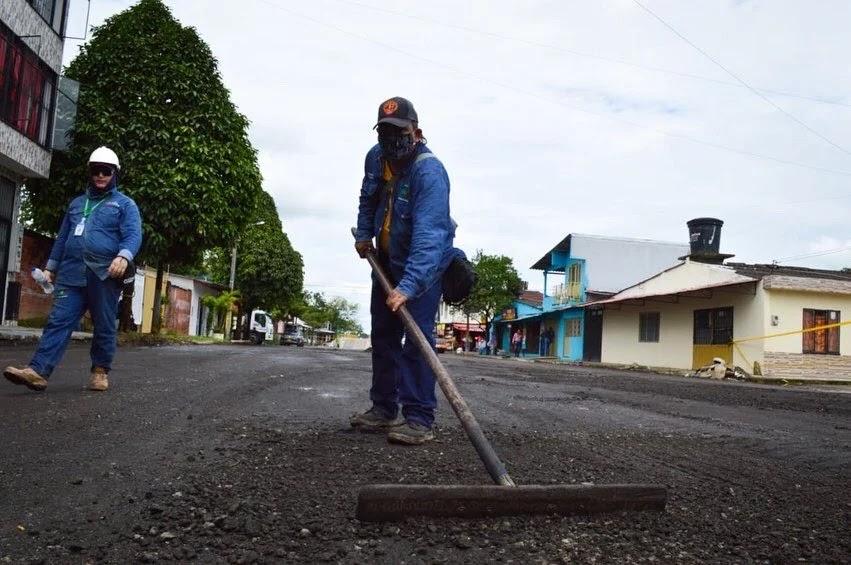 """En los primeros seis meses de labores de la Secretaría de Infraestructura de Villavicencio, se destaca la gestión realizada en la construcción de nuevas vías, reparcheo urbano y mejoramiento de vías rurales.  En cuanto a la construcción de vías nuevas, la cartera de infraestructura ha beneficiado a los habitantes de los barrios Carolina, Araguaney y Samán de la Rivera con la construcción de más de 200 metros lineales de carpeta asfáltica, en cada uno de estos sectores.  Del mismo modo, se continúa trabajando en el reparcheo de la malla vial de la ciudad, en donde a la fecha se han atendido alrededor de 998 metros cúbicos, que equivalen a 23 mil metros cuadrados de asfalto.  Mientras tanto en las veredas se avanza en el mejoramiento vial mediante la recuperación de cerca de 20 kilómetros en diferentes sectores del Corregimiento 6.   """"Todo este accionar lo hemos hecho desde la parte administrativa, con el vital accionar de nuestro personal de planta, a ellos es que le debemos todo este movimiento, todo este accionar, y toda esta fortaleza en medio de la pandemia en la que nos encontramos"""", destacó el secretario de Infraestructura, Jhon Franco.  El funcionario recalcó que, pese a que la entidad solo cuenta con el 50% del personal con el que normalmente opera, ya que el restante 50% se encuentra acatando las medidas de prevención del Covid-19, el compromiso con el que a diario adelantan sus labores permite cumplir con las metas establecidas por la Secretaría.   Franco aseguró que los diferentes frentes de trabajo en los que se viene avanzando continuarán con la tarea, y que se cumplirá con cada uno de los compromisos adquiridos con la comunidad."""