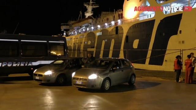 Trasferiti a Porto Empedocle 69 migranti provenienti da Lampedusa: 54 minorenni e 2 arrestati