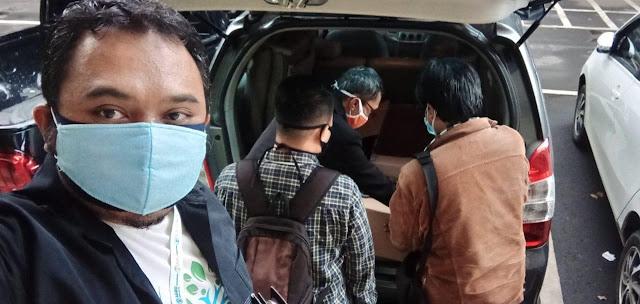 Kang Hadiyan mengabadikan momen penataan madu dalam paket kardus untuk diserahkan ke RSUD Ujung Berung