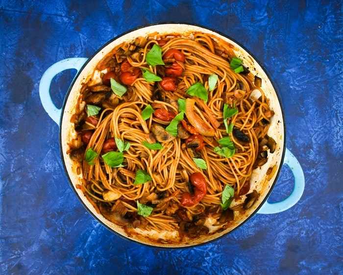 Cooking pasta and sauce together in a casserole pan