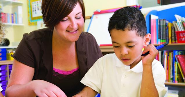 Psicóloga na escola ajudando menino