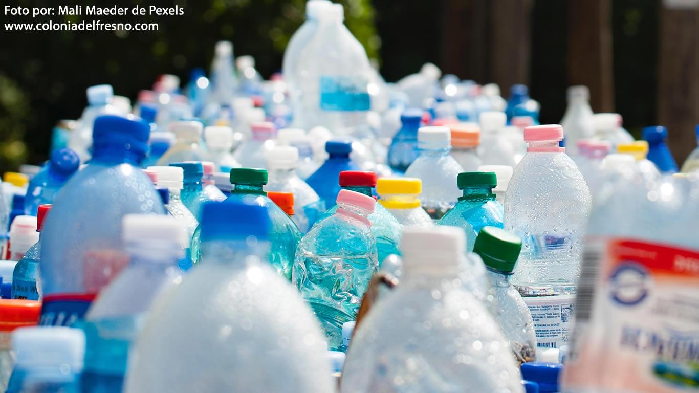 pila de botellas de plastico acumuladas