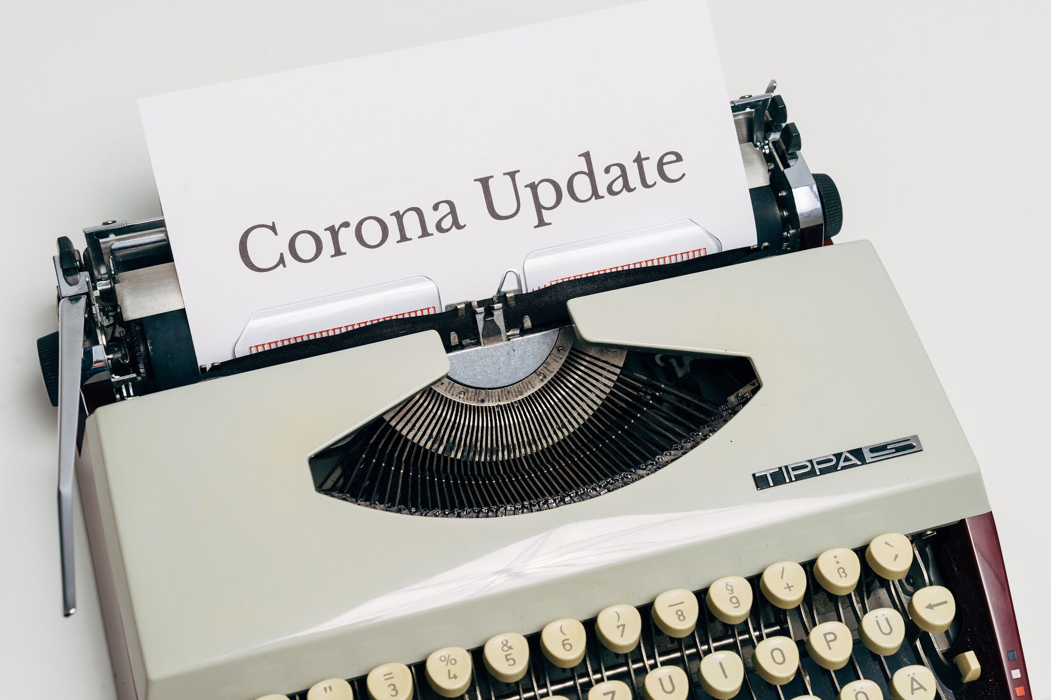 Old-fashioned typwriter with Corona Update typed on a piece of paper. Picture by Markus Winkler for Pexels