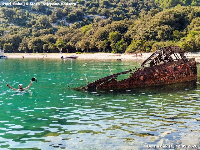 Olupina broda u uvali Luka Rakalj