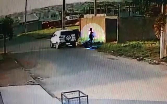 Mãe é presa suspeita de jogar recém-nascido em lote baldio e matar o bebê queimado