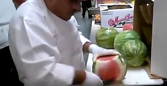 Trabalhadores mais rápidos do mundo - Descascar melancia