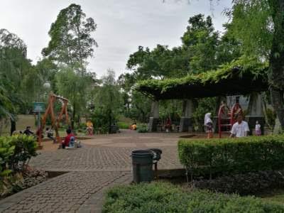 Arena bermain di taman Spatodhea