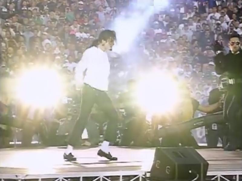 閃光の中でムーンウォークを行うマイケル・ジャクソン