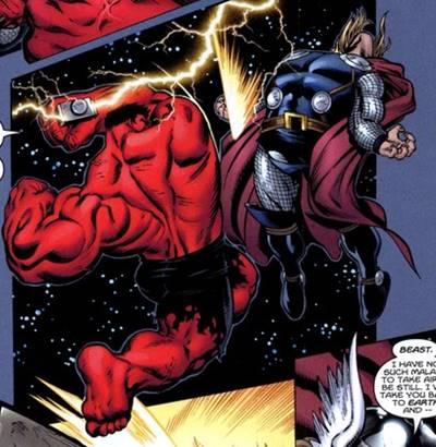 El Hulk Rojo golpea con el martillo Mjolnir a Thor