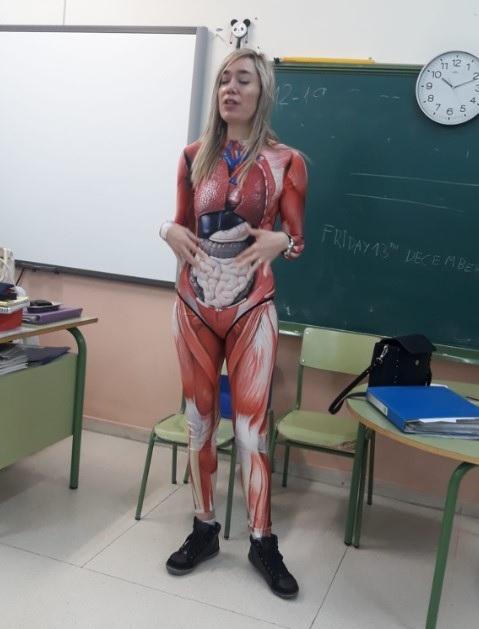 """L'insegnante """"rimuove la pelle"""" per insegnare anatomia agli studenti in Spagna"""