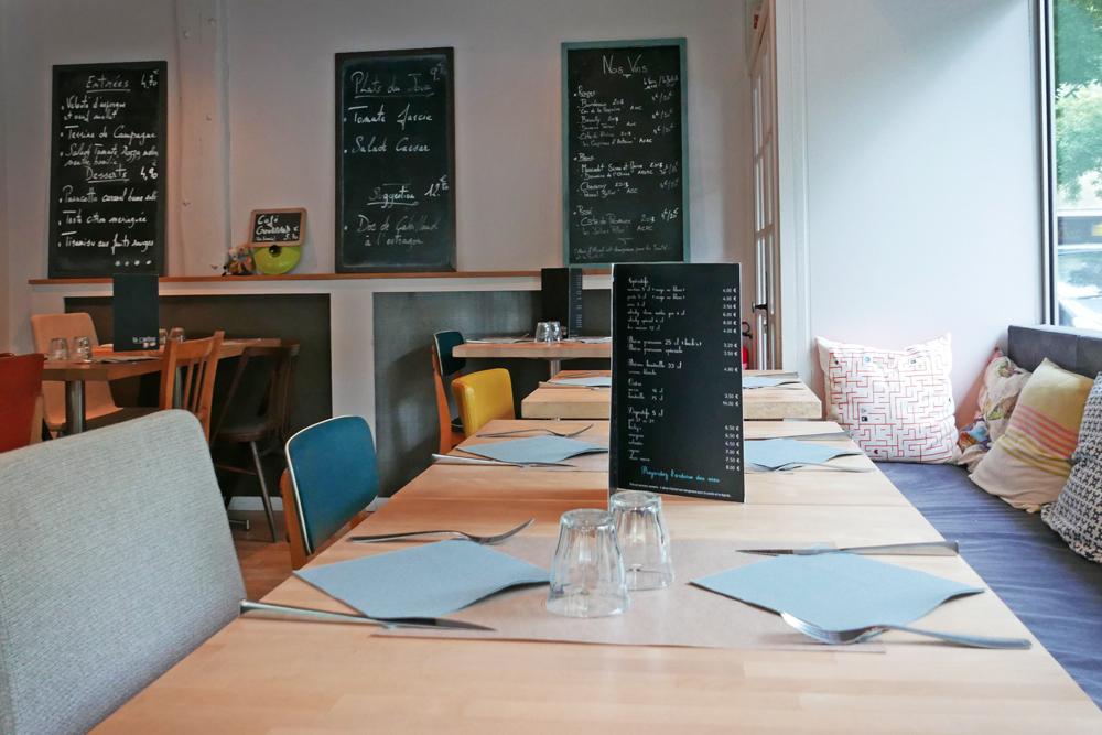 Vue d'une table de la Cantine des Quatrans à Caen et aperçu des menus proposés