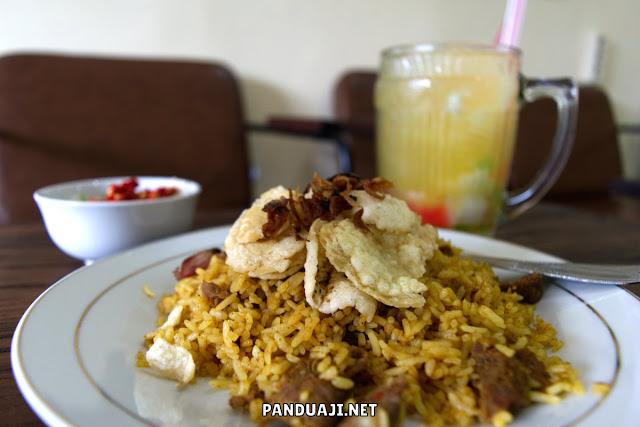 Nasi goreng kambing dan es kelapa jeruk di Kebon Sirih