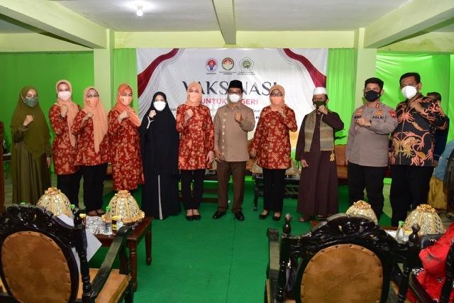 Naoemi Octarina dan Nadiah Zainuddin Amali Hadiri Vaksinasi di Pesantren An-Nahdlah Makassar.lelemuku.com.jpg