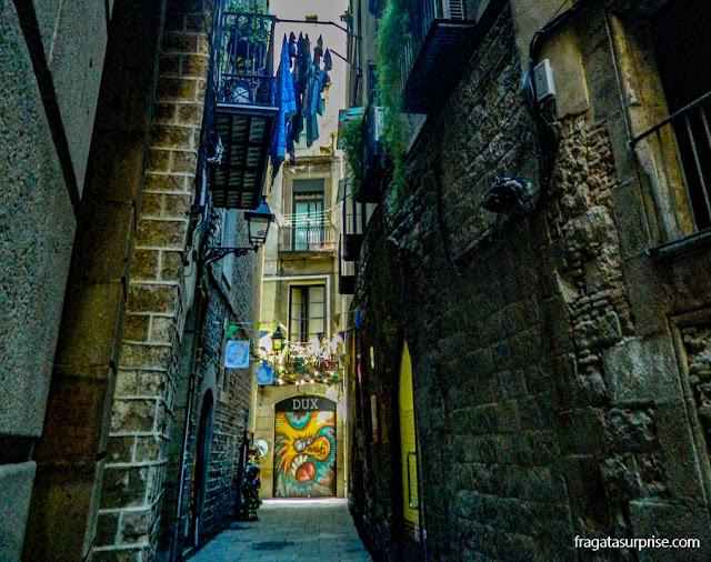 Grafiti em uma rua medieval do bairro do Born, Barcelona