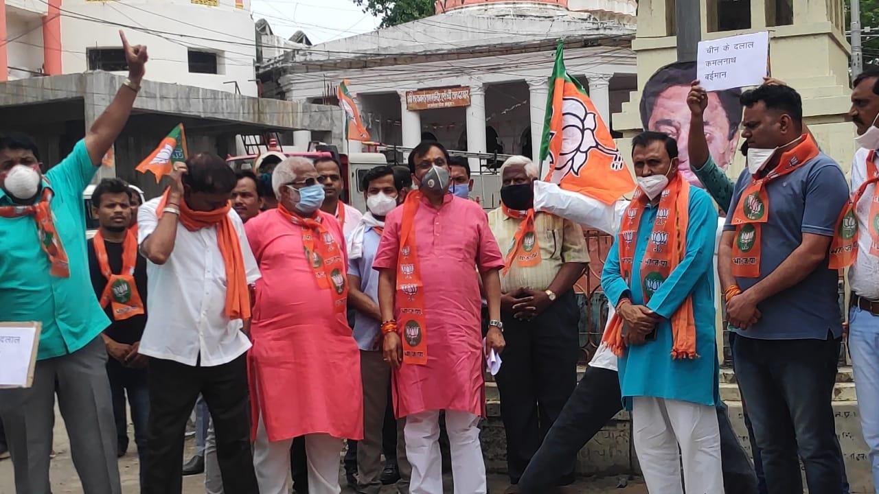 Jhabua News- जिला भाजपा ने राजवाडा चौक पर पूर्व मुख्यमंत्री कमलनाथ का पुतला फुंका