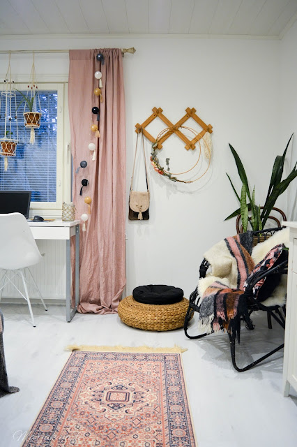 boho sisustus makuuhuone koti roosa harmaa rottinki valkoinen kukka terrakotta  boheemi itämainen