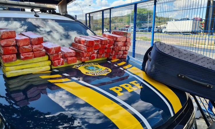 PRF flagra passageira de ônibus com 35 quilos de maconha no Sudoeste da Bahia