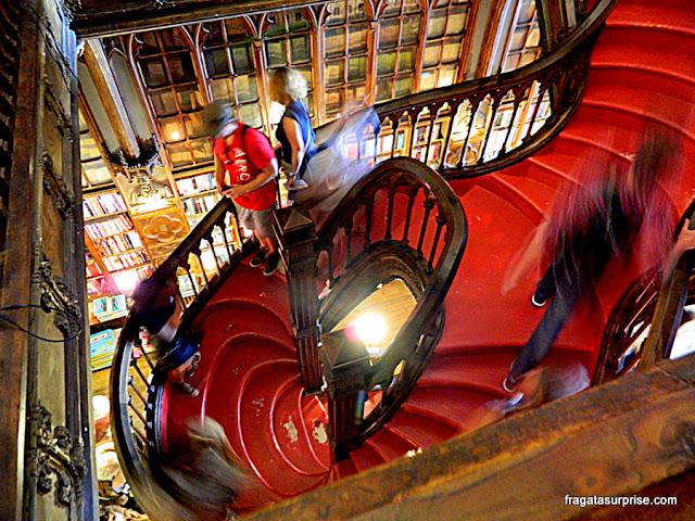 A famosa escadaria da Livraria  Lello & Irmão, que inspirou Harry Potter, no Porto, Portugal