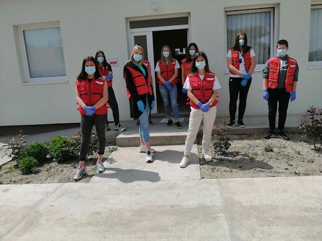 Волонтери испред зграде Црвеног крста Тител