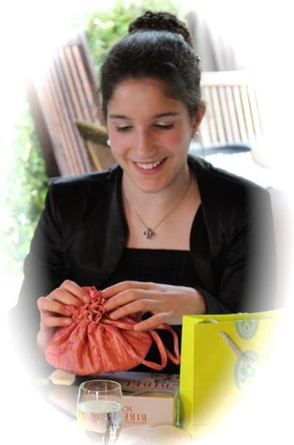 Sophie packt ihre Geschenke aus...