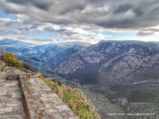 O famoso desfiladeiro lado a lado com a cidade - Delfos